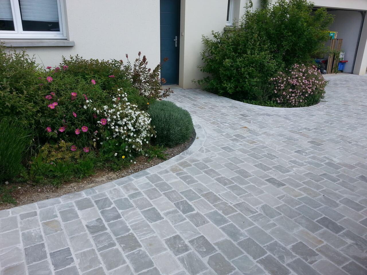 aménagement de cour extérieure et allée en pavé gris